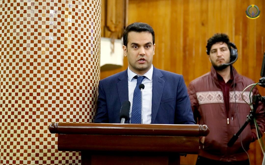 مصطفی نوری رییس مالی وزارت مخابرات، ارائه پاسخ به سوالات خبرنگاران در مرکز اطلاعات و رسانه های حکومت حوت ۱۳۹۹
