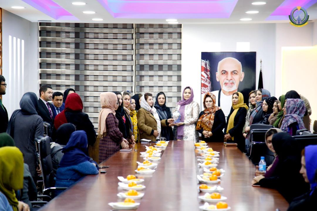 اهداء تندیس از طرف بانوان وزارت به محترمه معصومه خاوری وزیر مخابرات و تکنالوژی معلوماتی